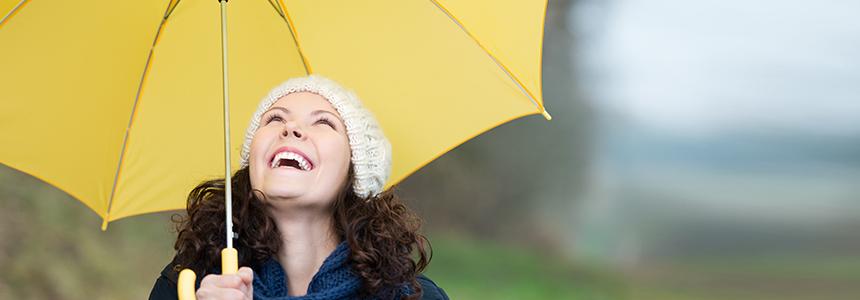 Zur Stärkung des Immunsystem geht eine Frau an die frische Luft.