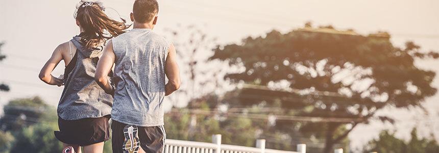Joggendes Paar: Nach einer intensiven Sporteinheit ist das Immunsystem geschwächt (Open Window Effekt).