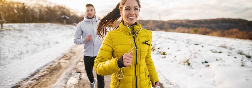 Ein Paar macht Sport trotz Erkältung.