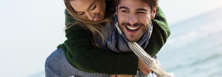 Mann und Frau wollen einer Erkältung vorbeugen