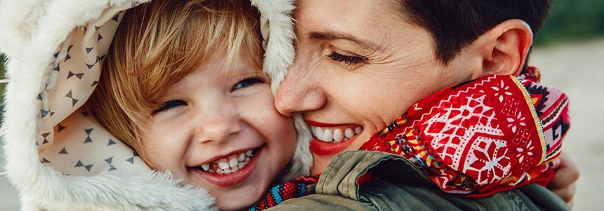 Mutter und Kind sind glücklich – der Reizhusten ist Vergangenheit, dank der Produkte von Phytohustil®.