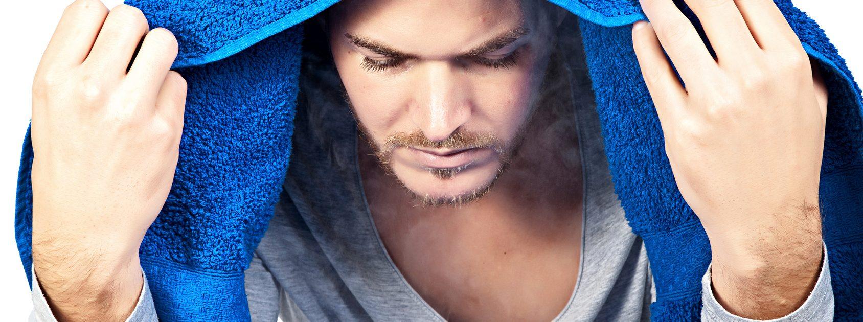 Mann inhaliert, um Nasennebenhöhlenentzündung zu behandeln